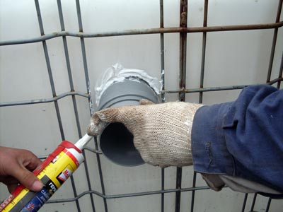 Обработка стыков трубы в септике еврокуб с помощью герметика